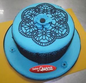 Torta celeste decorada con encaje
